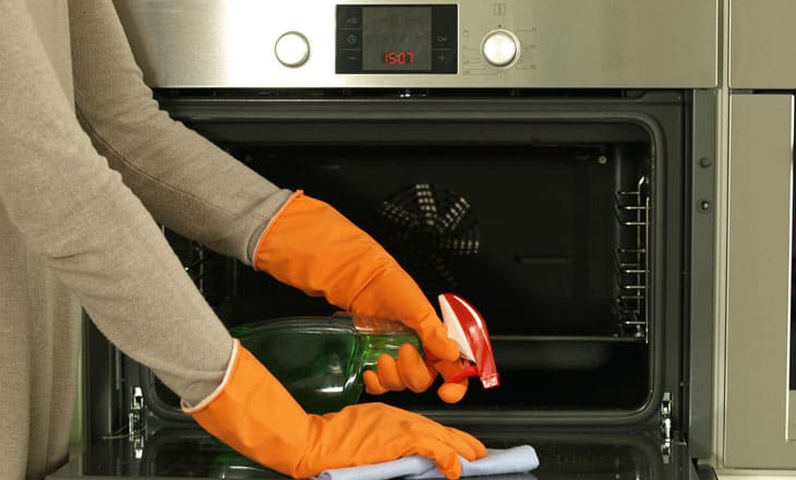 Cleaning the oven with detergent and rag